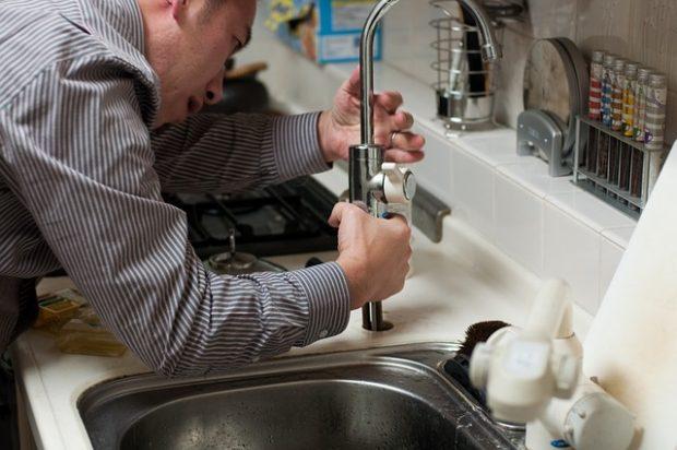 Installer de nouveaux robinets de salle de bains